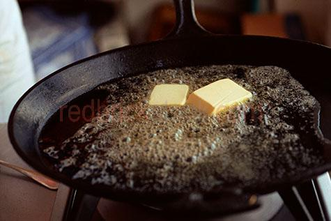butter;butters;buttering;buttered;bubbling;fry;fried;frying;daylit;daylight;pans;pan;frying pan;frying pans;stove;stoves;bubble;bubbles;melt;melts;melting;melted;melted butter;melting butter;cook;cooks;cooked;cooking;kitchen;kitchens