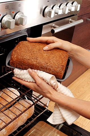 kitchen;kitchens;oven;ovens;cooked;cook;cooks;cooking;bread;breads;loaf;loaves;wholemeal;wholewheat;loaf tin;tins;tin;freshly baked;baking;baked;bake;bakes;bakery;bakeries;appliance;appliances;holding;hold;holds;tray;trays;hot;freshly made;prepare;prepares;preparing;prepared;home;homes;caucasian;hand;hands;housewifehouse wife;housewives;house wives;household;households;domestic;woman;women;lady;ladies;bread roll;bread rolls