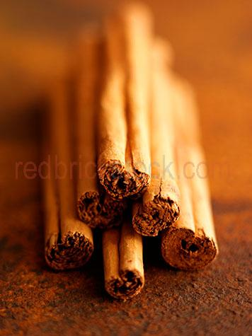 cinnamon;spice;spices;sticks;stick;brown;browns;colour brown;color brown;dried;close up;close-up;close ups;close-ups;fragrant;dried;uncooked;bark;natural;unpropped;curled;selective focus;stack;stacks;stacked;pile;piles;piled