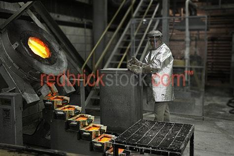 gold pouring pour pours mineral mine mining fire heat hot goldmi