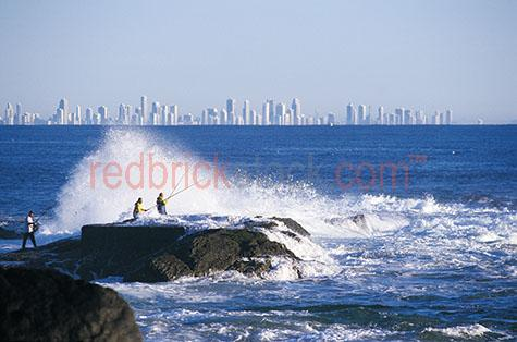 fish fishing on rocks gold coast fishermen surfers paradise rock
